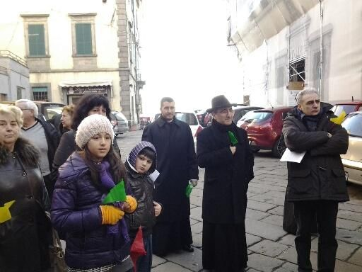 Nella foto di Giuseppe Serafini ,il vescovo borghetti e don gianpietro a piancastagnaio,durante la marcia della pace gennaio 2014