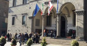 Abbadia S. Salvatore, lavoratori dinanzi al Palazzo Comunale (archivio)