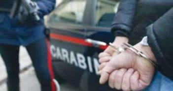 Carabinieri_uomo_in_manette_01