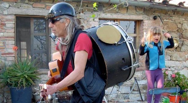 """Scansano. Ci ha lasciato """"Barnelli"""", la chitarra di un vero artista di strada"""