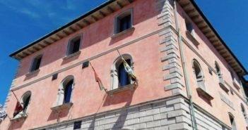 Piancastagnaio_Palazzo_Comunale_bandiere_Contrade