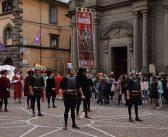 Castel del Piano. Applausi per il Palio del 50° dipinto da Giuliano Giuggioli