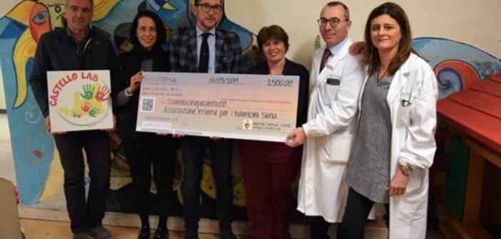 """Piancastagnaio. L'associazione """"Il Roccone"""" della Contrada Castello ha donato 2.500 Euro ai piccoli pazienti delle Scotte"""