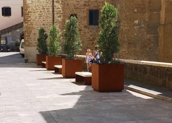 Pitigliano nuovo arredo urbano per il centro storico di for Cestini portarifiuti arredo urbano prezzi